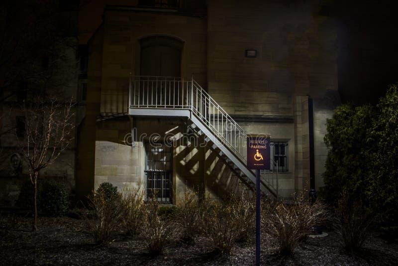 Illuminated ha handicappato il segno di parcheggio riservato alla notte immagini stock libere da diritti