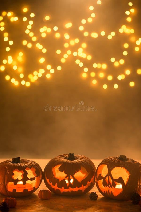 Illuminated ha scolpito le lanterne delle zucche di Halloween immagine stock