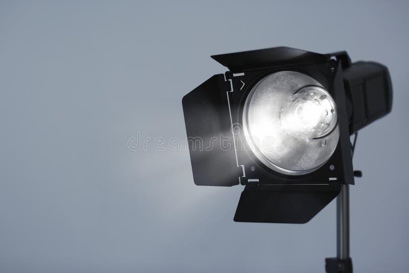 Illuminazione dello studio contro il fondo grigio fotografie stock