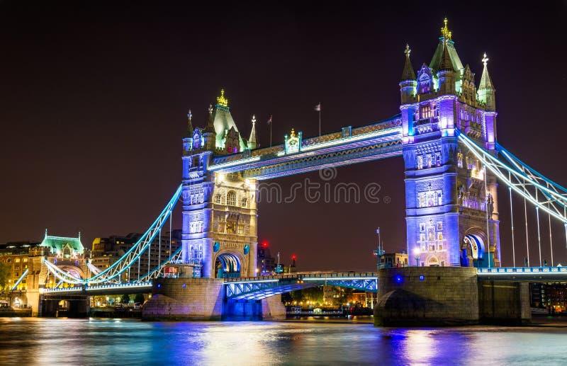 Illuminazione di notte del ponte della torre a Londra fotografia stock