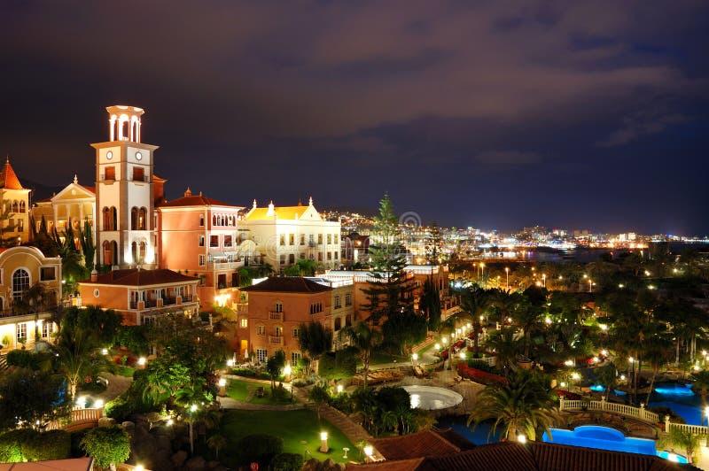 Illuminazione di notte dell'albergo di lusso durante il tramonto fotografia stock