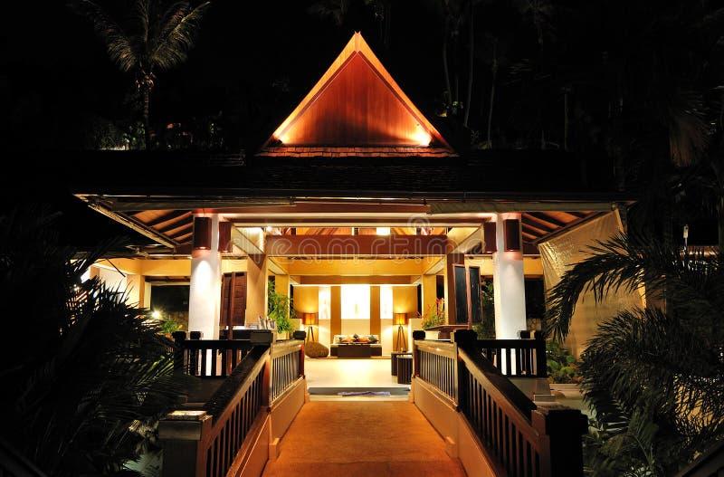 Illuminazione di notte dell'ingresso all'albergo di lusso immagini stock libere da diritti