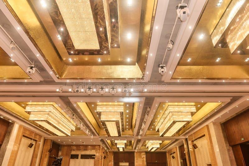Illuminazione di soffitto di cristallo principale nel corridoio dell'hotel fotografia stock libera da diritti