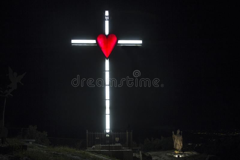 Illuminazione di un incrocio con cuore rosso fotografia stock