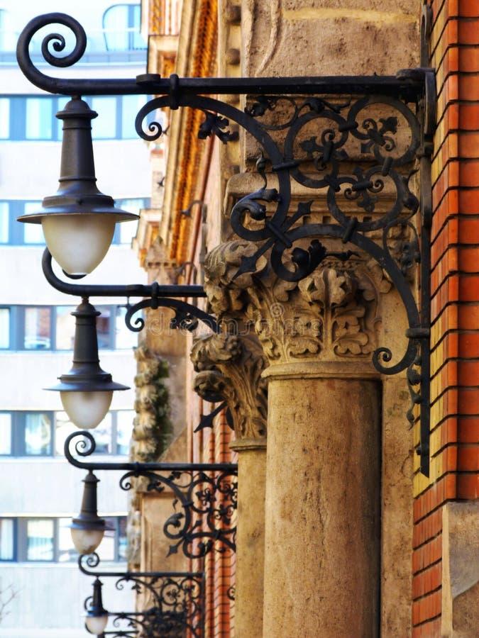 Illuminazione di via decorativa d'annata della lanterna della parete nella prospettiva immagine stock libera da diritti