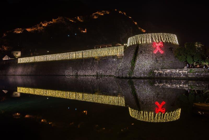 Illuminazione e decorazione di Natale in vecchia città Cattaro fotografie stock libere da diritti