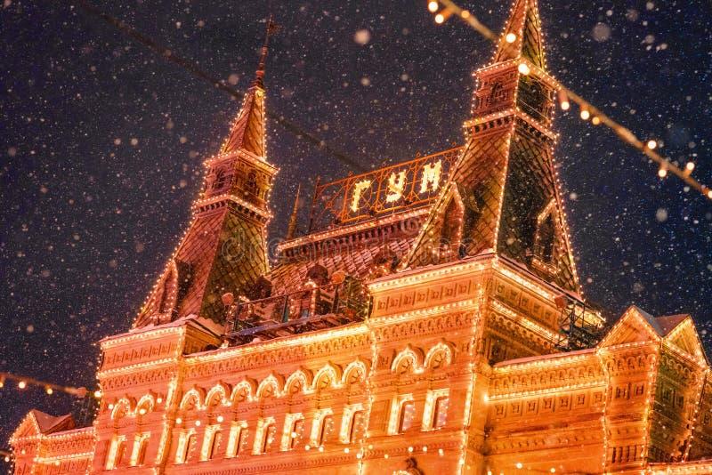 Illuminazione festiva e decorazioni di Natale sulle vie 19 dicembre 2018, Mosca, Russia fotografie stock libere da diritti