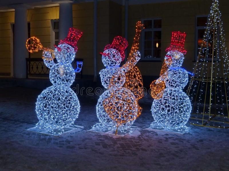 Illuminazione 2020 Il concetto di Capodanno e di Natale Capodanno magico Jazz band di allegri nevi immagini stock libere da diritti