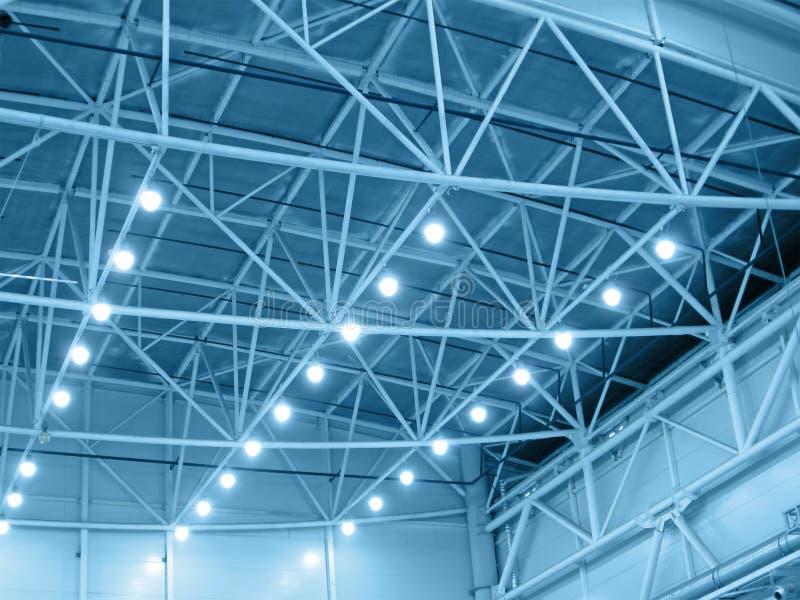 illuminazione interna blu del magazzino fotografie stock libere da diritti