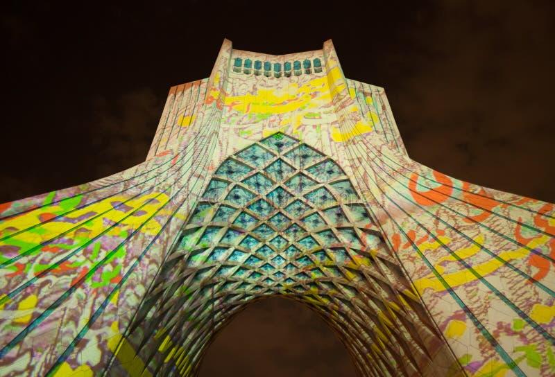 Illuminazione leggera variopinta sul monumento di Azadi di Teheran fotografie stock