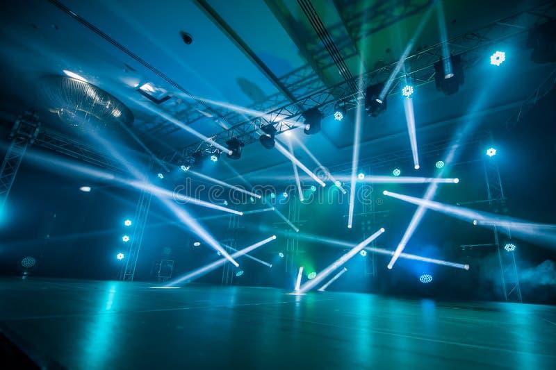 Illuminazione, luce sulla fase alla discoteca fotografia stock libera da diritti