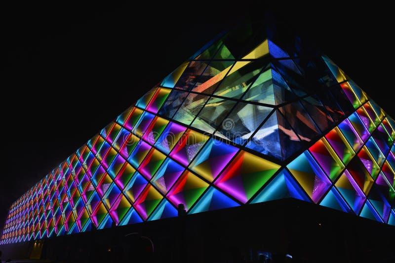 Illuminazione principale di Œnight del ¼ del wallï della tenda della costruzione commerciale moderna fotografia stock libera da diritti