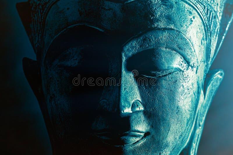 Illuminazione spirituale Una statua sulla faccia di Buddha illuminata Immagine grafica in grassetto fotografia stock