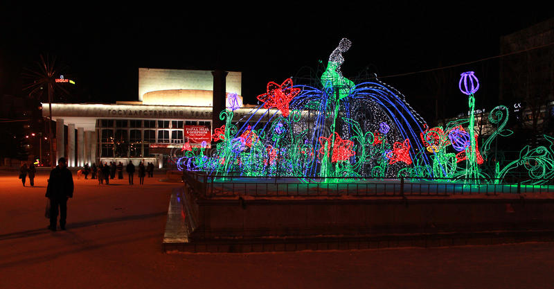 Illuminazione sulla fontana sul quadrato del teatro krasnoyarsk fotografia stock