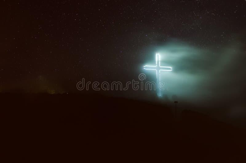 Illuminazione trasversale di millennio alla foschia della nebbia alla notte sulla montagna di Vodno a Skopje fotografia stock