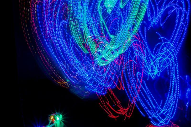 Illuminazione variopinta nei precedenti astratti di oscurità immagini stock