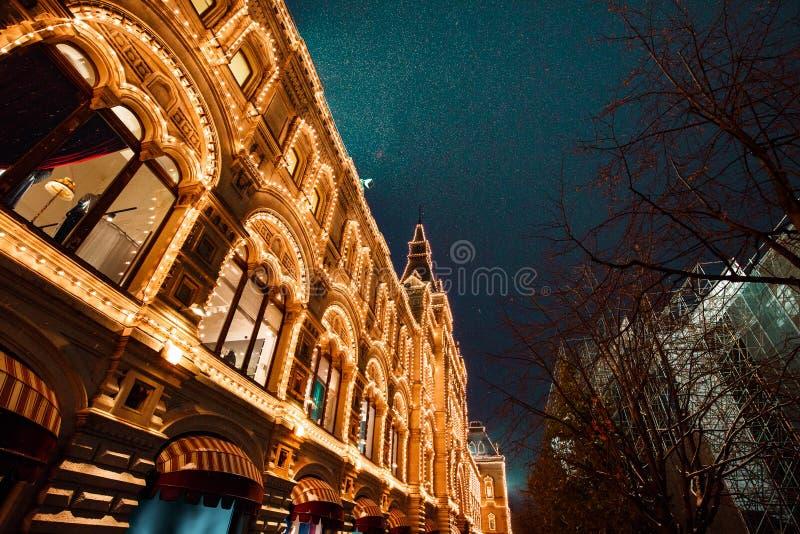 Illuminazioni festive in vie della città Decorazione delle luci di Natale e del nuovo anno nella notte nevosa, quadrato rosso, Mo fotografia stock libera da diritti