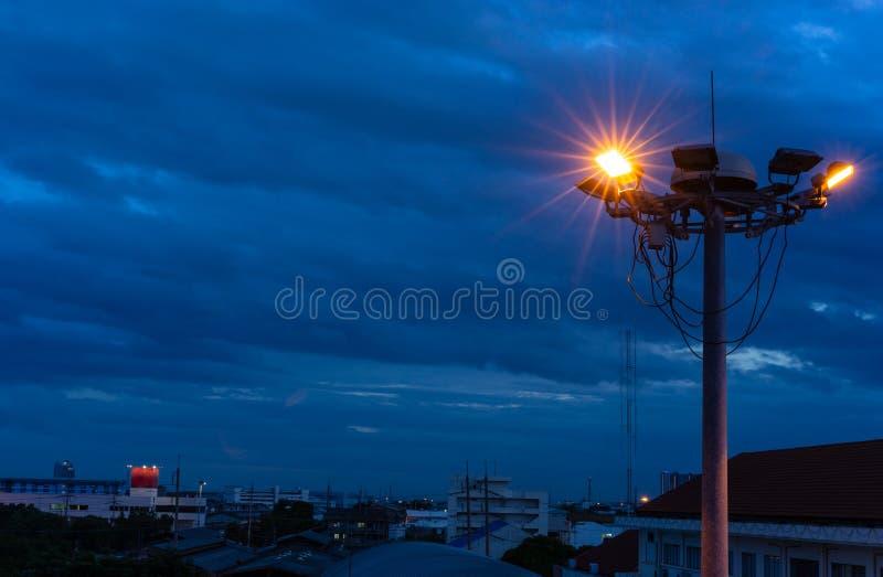 Illumini di una certa lampada sulla torre del riflettore immagine stock libera da diritti