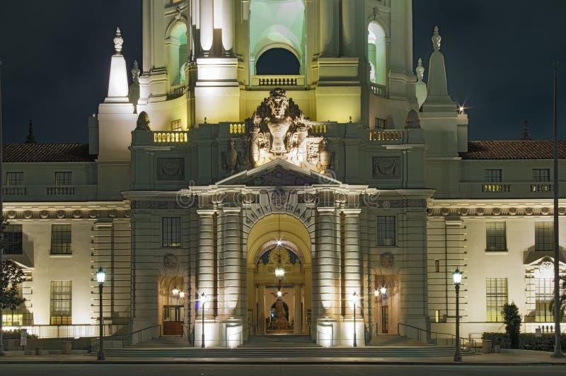 Illuminierte Fassade des Rathauses von Pasadena stockfotos