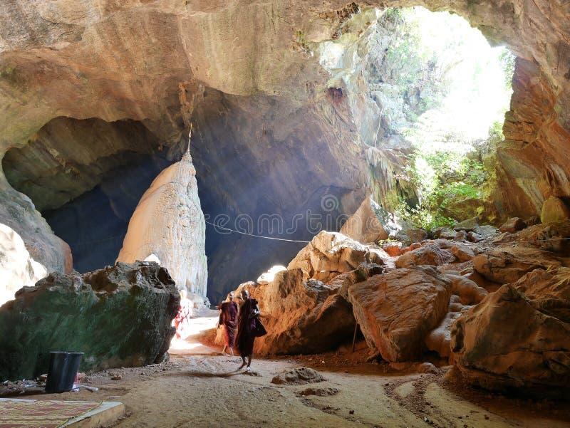 Illuminit de moines par le faisceau du soleil en caverne saddan, Hpa-an Myanmar photo stock