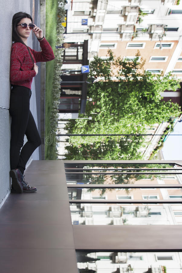 Illusion de fille se couchant dans la ville 4 photo libre de droits