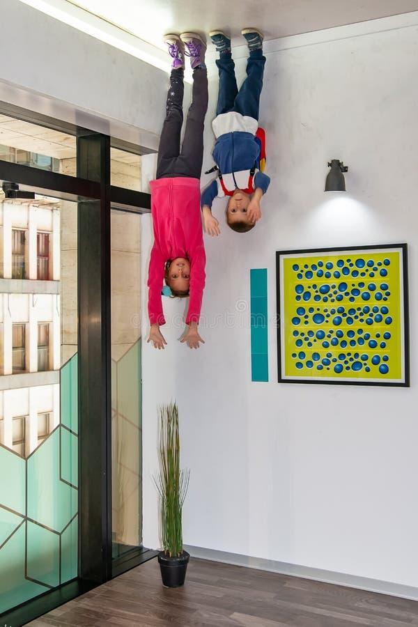 illusion Enfants sur le plafond images libres de droits
