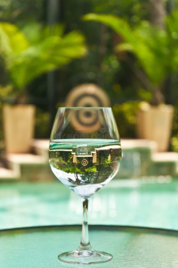 Illusion optique par un verre de l'eau photo libre de droits