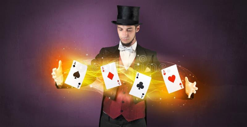 Illusionist die truc met magische spelkaarten maken royalty-vrije stock afbeeldingen
