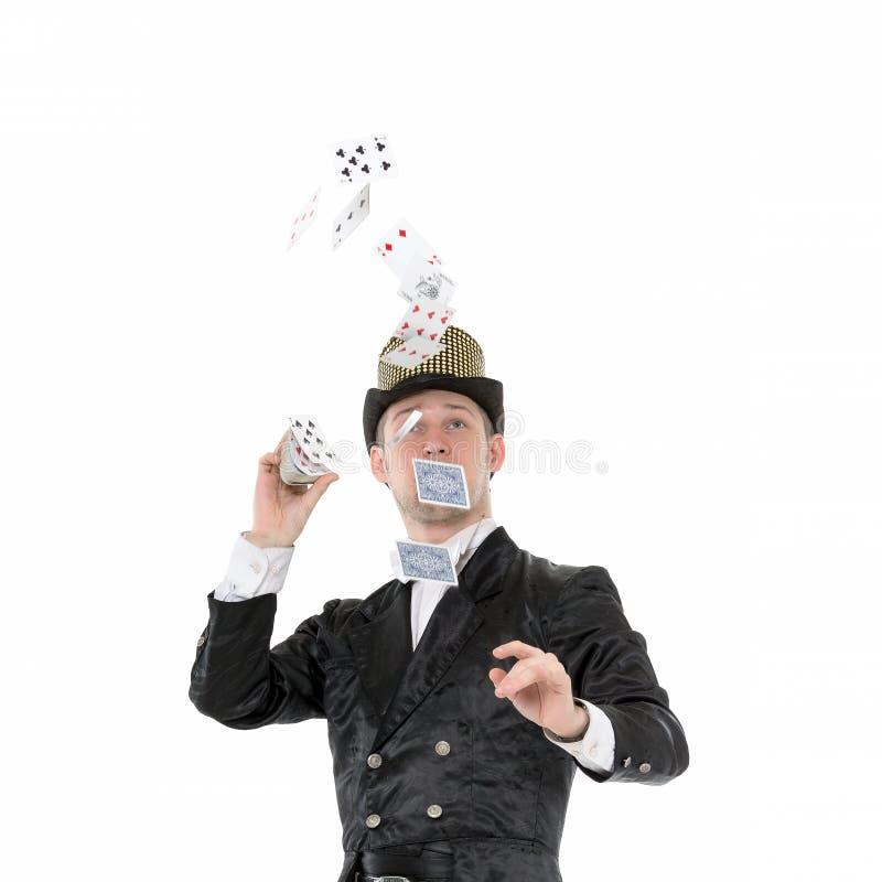 Illusionista Shows Tricks con la carta da gioco fotografia stock libera da diritti
