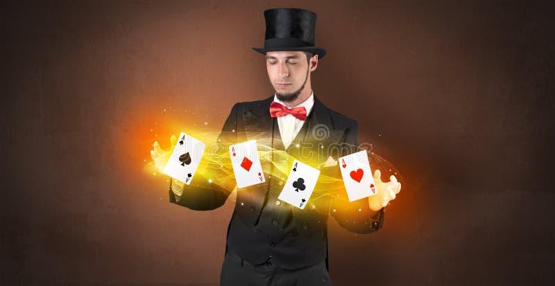 Illusionniste faisant le tour avec les cartes magiques de jeu photos libres de droits