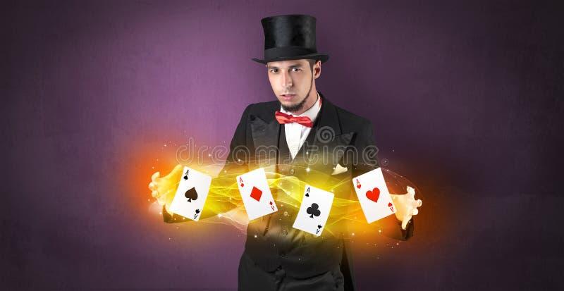 Illusionniste faisant le tour avec les cartes magiques de jeu photo libre de droits