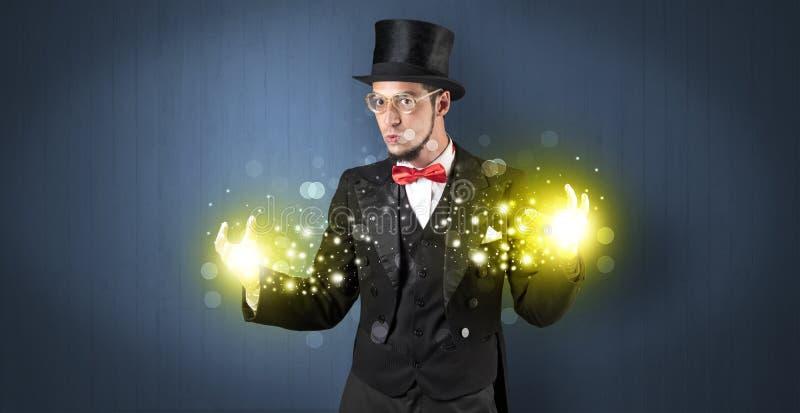 Illusionniste tenant la superpuissance sur sa main photo stock