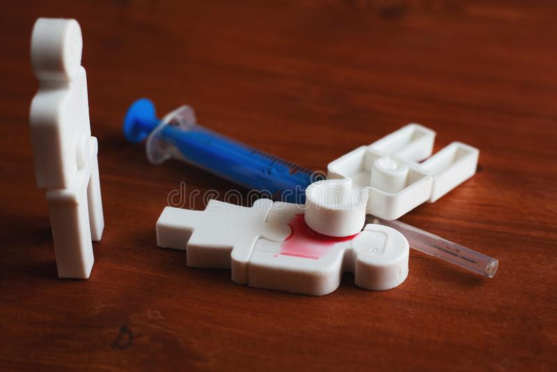 Illustratie van drugsverslaving van mensen, plastic mensen met een spuit royalty-vrije stock afbeelding