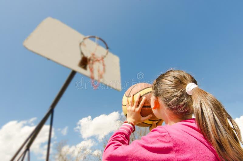 Illustratie van meisjes speelbasketbal royalty-vrije stock afbeelding