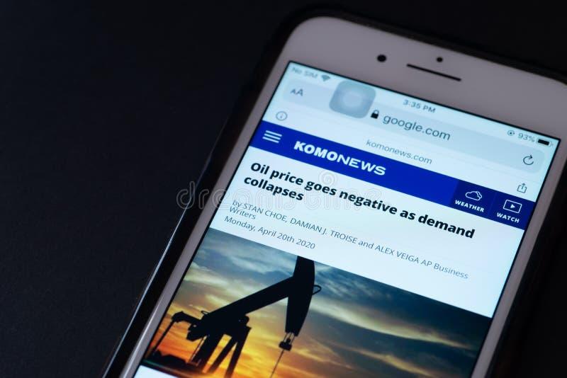 ILLUSTRATIEF EDITORIAAL - CIRCA APRIL 2020 : Screenshot van een Apple iPhone over nieuws over de crash van de ruwe olieprijs Nieu royalty-vrije stock afbeeldingen