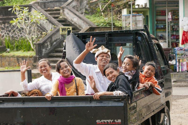 Illustratief Redactiebeeld Een blije familie, in een auto, gaat op vakantie naar het overzees Bali, Indonesië stock afbeeldingen