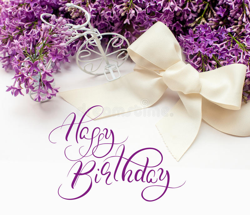 Illustration av buketten från lila liljor med lycklig födelsedag för text Kalligrafibokstäver royaltyfria foton
