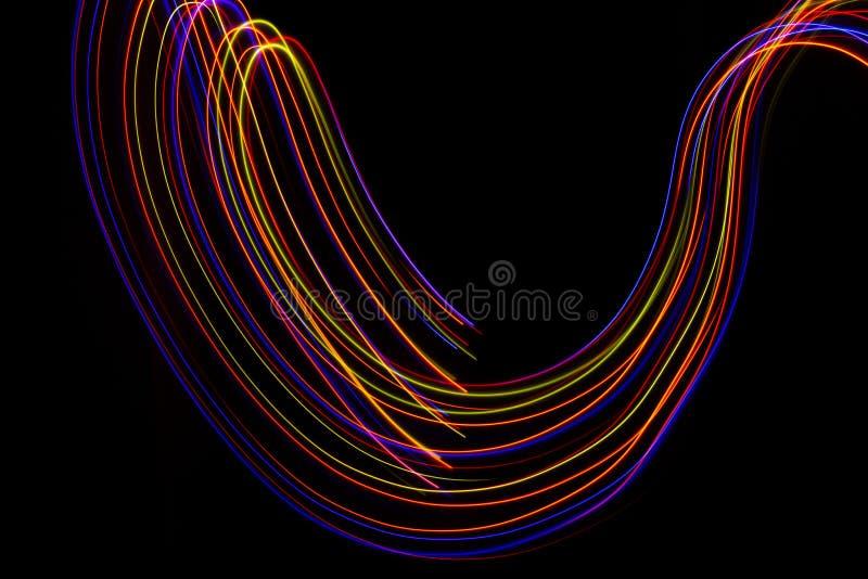 illustration 3d Abstrakta linjer av ljus m?lning av r?daktiga f?rger p? svart bakgrund royaltyfria foton