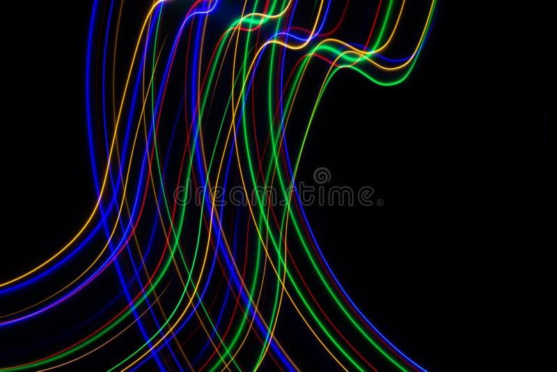 illustration 3d Abstrakta modeller av ljus på svart bakgrund Linjer av färger, lysande slaglängder arkivfoto