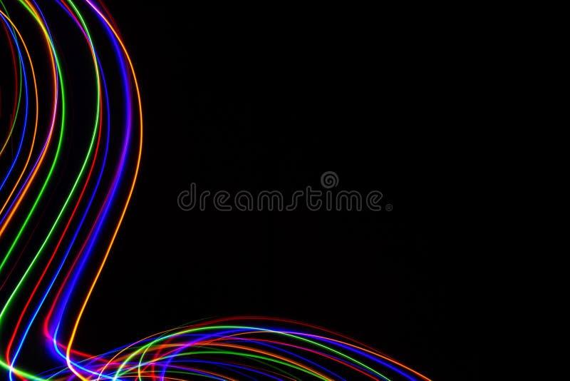 illustration 3d Abstrakta modeller av ljus p? svart bakgrund Linjer av f?rger, lysande slagl?ngder arkivbilder