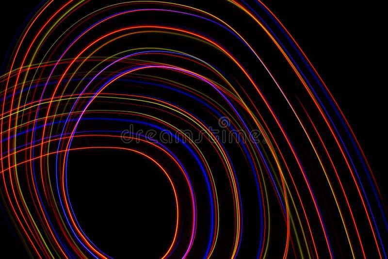 illustration 3D Lignes abstraites de la peinture l?g?re de couleurs rouge?tres sur le fond noir photographie stock libre de droits