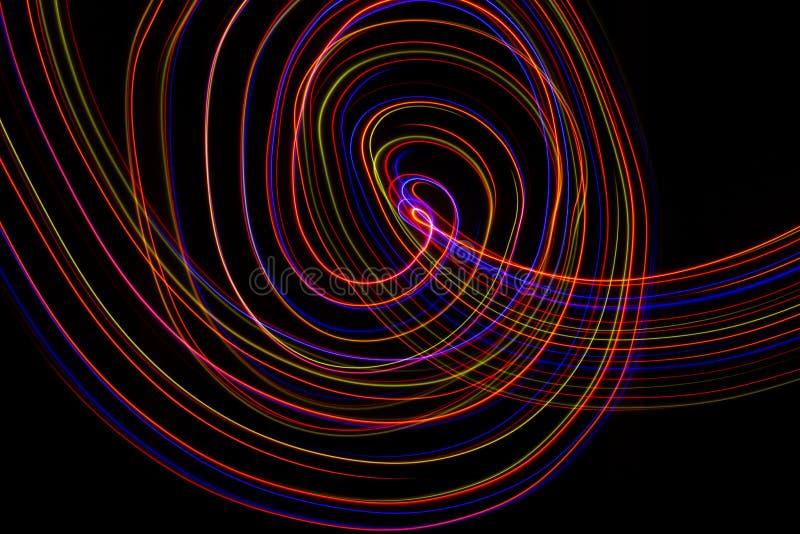 illustration 3D Lignes abstraites de la peinture l?g?re de couleurs rouge?tres sur le fond noir image stock