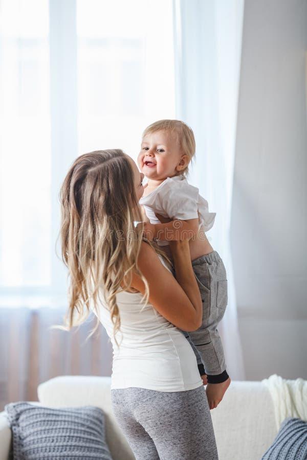 Illustration de mère heureuse avec la chéri adorable image libre de droits