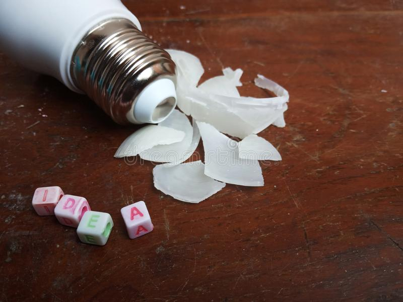 Illustration de photo, idée coincée, texte de perle en plastique d'alphabet et petite ampoule menée cassée illustration de vecteur