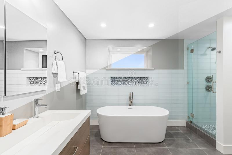 Illustration des Badezimmers - zeichnender diagonaler geteilter Bildschirm zur Fotografie von Lux stockfotos