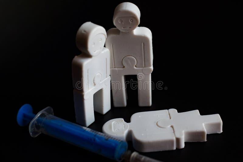 Illustration des effets de la dépendance petits hommes de plastique avec une seringue Concept image libre de droits