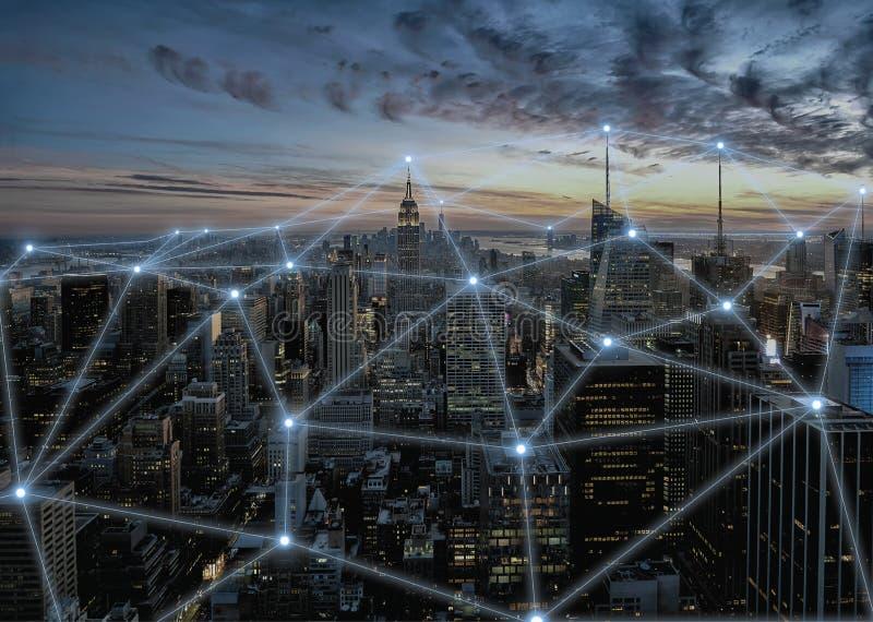 Illustration des Konzeptes 3D des drahtlosen Kommunikationsnetzes in der intelligenten Stadt stockfoto