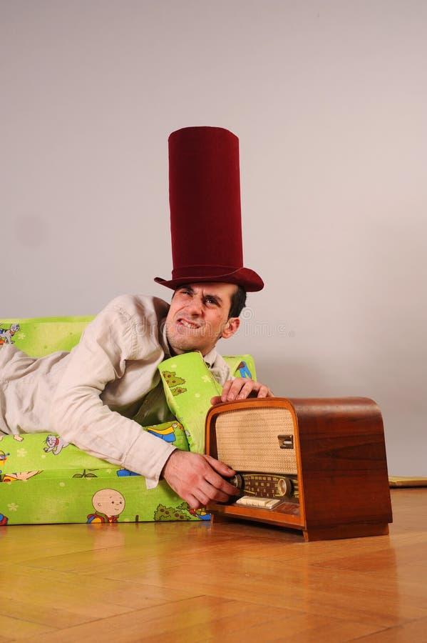 Illustration dr?le d'un homme avec le vieux dispositif par radio photos libres de droits