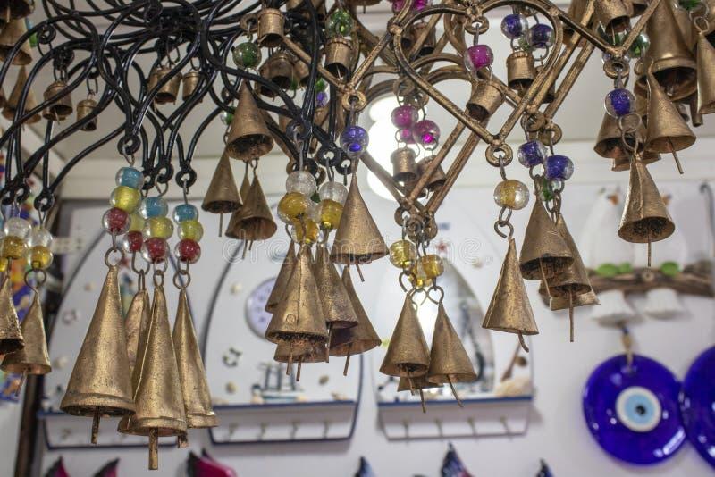 Illustration et ornements décoratifs de coeur dans la couleur d'or Le fond a de petites cloches Pris à l'intérieur du magasin image stock
