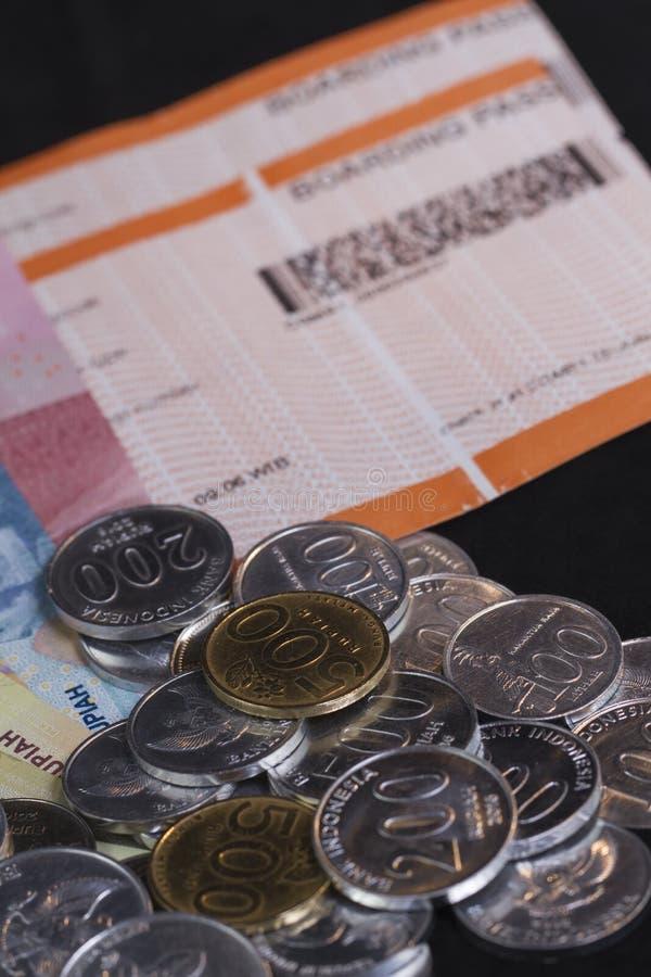 Illustration für die Ausgabe des Geldes und der Zahlungen für Feiertag in lokalisiertem Schwarzem stockfotografie